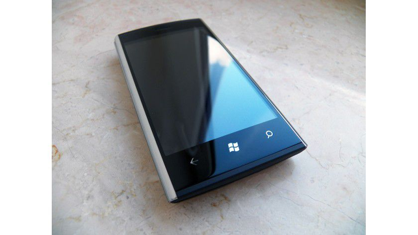 Drei große, beleuchtete Touch-Tasten schmücken die Vorderseite des Dell Venue Pro.