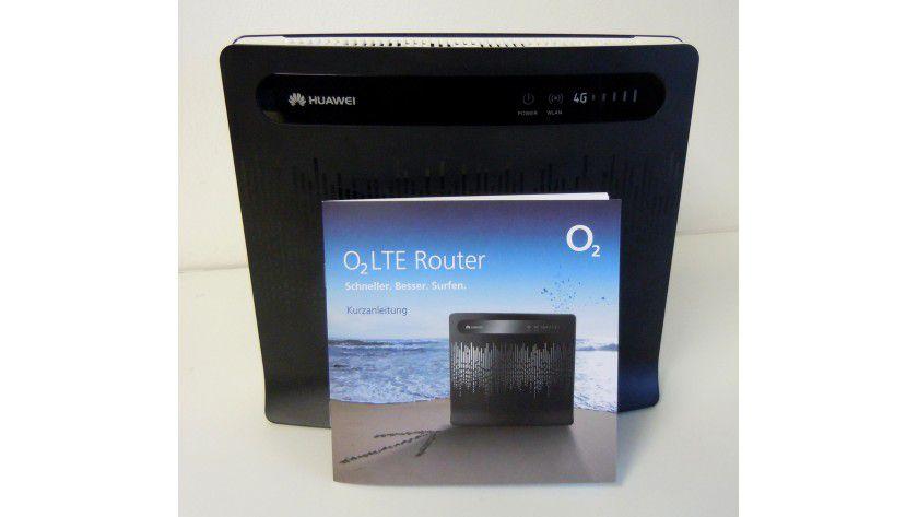 """Einheitlich: Telekom- und O2-Kunden erhalten den schwarz-weißen LTE-Router """"Huawei B390s-2"""" optisch fast unverändert."""