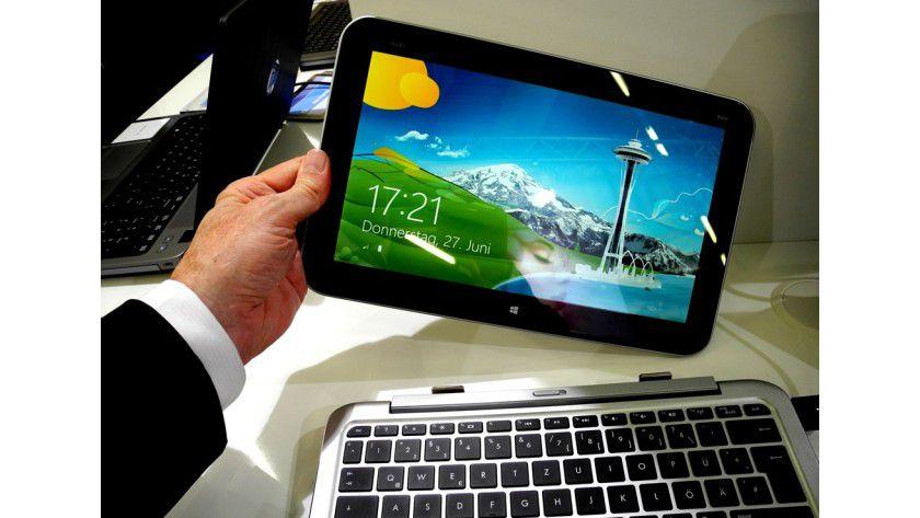 Und ab: Der Tablet-Teil des HP Envy x2 lässt sich von der Hardwaretastatur trennen und dann auch nur noch mit dem bloßen Finger bedienen.