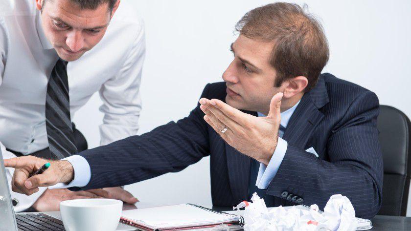 Motzen als Risiko: Erlangt der Arbeitgeber Kenntnis von geschäftsschädigenden Äußerungen eines Mitarbeiters, zum Beispiel in sozialen Medien, kann er sich zur Wehr setzen.