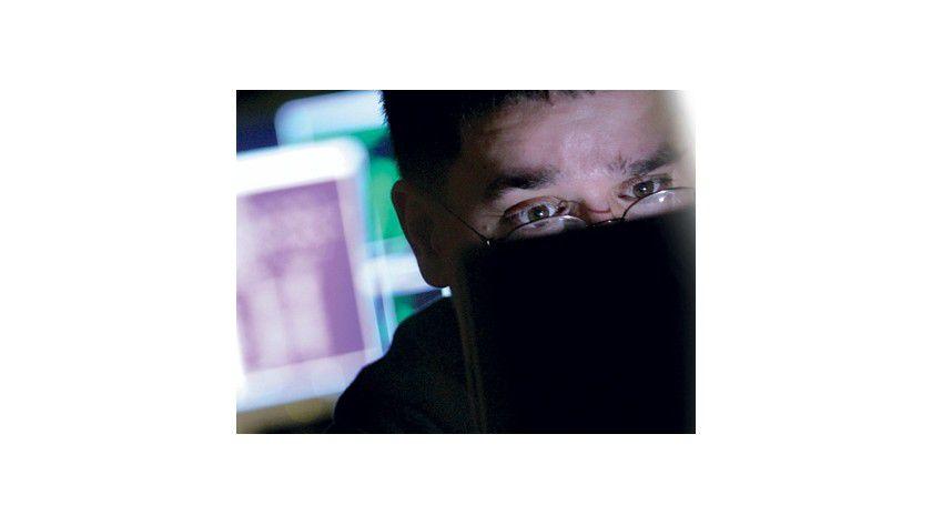 Sie sind unter uns: Die meisten Cyber-Criminellen sind keine schwarz gekleideten Männer mittleren Alters mit Sonnenbrille und Mütze, sondern Menschen wie Du und Ich - das macht sie so gefährlich. Passen Sie auf verdächtiges Verhalten Ihres Systems auf, ignorieren Sie Spam-Mails, surfen Sie keine zwielichtigen Websites an und vor allem: Halten Sie Ihre Software auf dem neuesten Stand und lassen Sie den gesunden Menschenverstand walten.