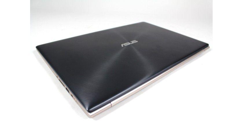 Das Zenbook sitzt in einem eleganten Aluminium-Gehäuse mit dunklem Alu-Deckel