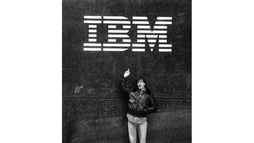 Steve Jobs im Jahre 1983 vor dem IBM-Hauptquartier. Die Beziehung des jungen Unternehmens zum Traditionsbetrieb war nicht die beste. Das sollte sich aber noch mehrmals ändern