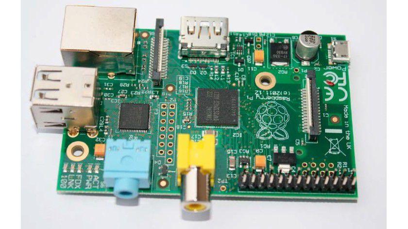 Raspberry Pi Modell B: Das ältere Modell B ist nur mit zwei USB-Schnittstellen ausgestattet und überträgt das Bild über HDMI oder den Composite-Ausgang.
