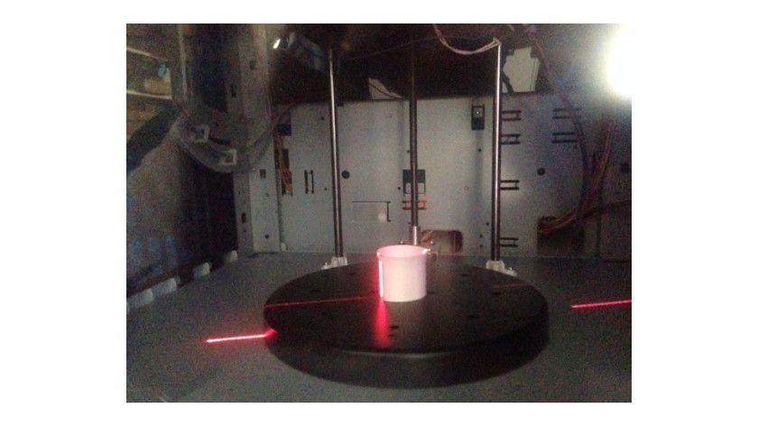 Im Lichtschnittverfahren scannt der XYZprinting Da Vinci 1.0 AiO den Gegenstand ein.