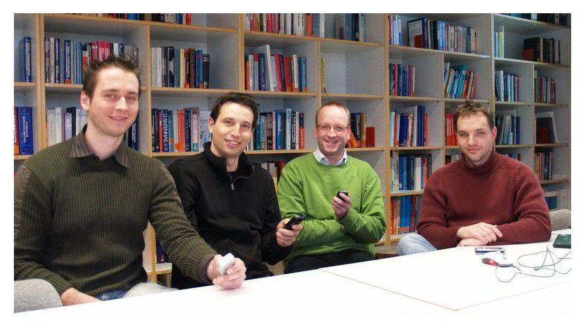 Professor Wolfgang Minker (3.v.li.) und seine kreativen Nachwuchswissenschaftler (von links: Manuel Lutz, Alexander Schmitt und Dmitry Zaykovskiy). Foto: Uni Ulm