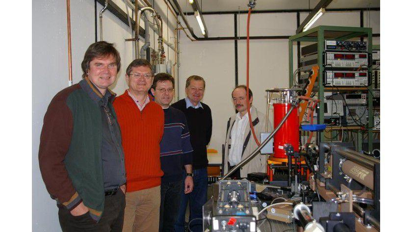Das Foto zeigt (v.l.n.r.) die Professoren Sergey Ganichev, Dieter Weiss, Christian Schüller, Hans Lengfellner und Vladimir Mirsky. Foto: Universität Regensburg