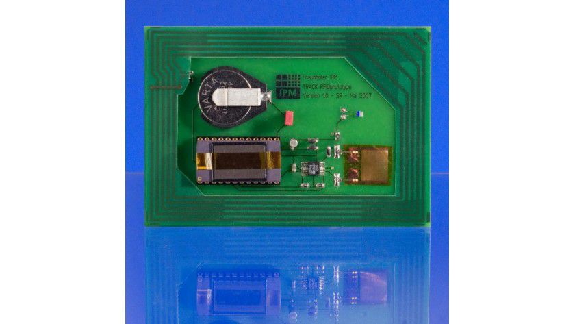 Der Prototyp eines RFID-Chips mit 'Sinn': In die standardisierte RFID-Plattform werden je nach Transportszenario verschiedenartige Sensoren eingekoppelt. Foto: Fraunhofer IPM