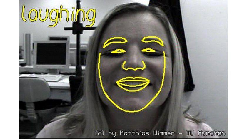 Die Software erkennt die Mimik: Die Versuchsperson lächelt. Bild: Matthias Wimmer